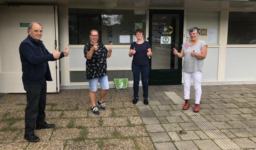 <p>Paul Schoenmakers, Nettie Blok (gebarentolk), Monique taal (beheerder van Het Gebarenplein) en Charissa Bol (secretaris Stg. WeZoDo Zuid-Holland. Foto: Simone Langeveld</p><p><br></p>