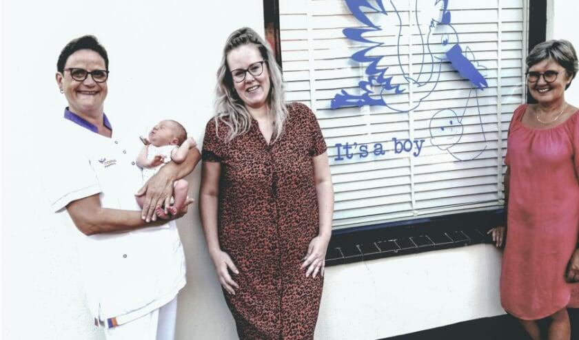 Kraamverzorgster Jenny Schroten, met haar 1000ste baby Fedde, daarnaast moeder Sandra en op anderhalve meter oma Caroline.