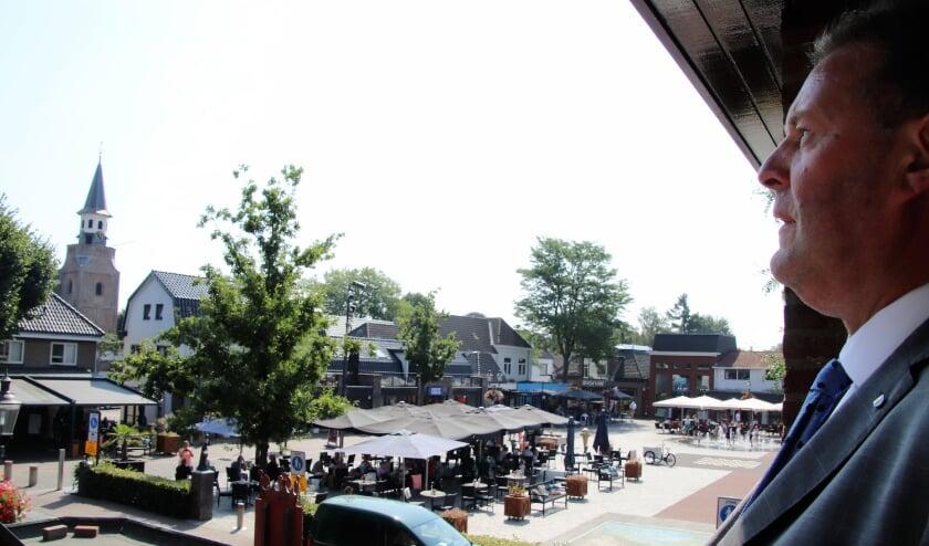 Vanaf het balkon op zijn werkkamer kan Breunis van de Weer de Markt overzien.