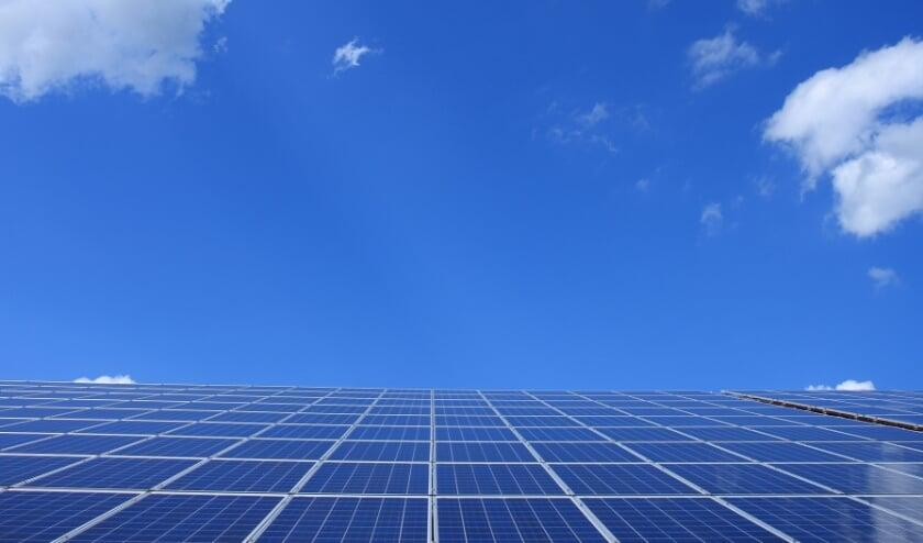 <p>Een groot dak met zonnepanelen</p>