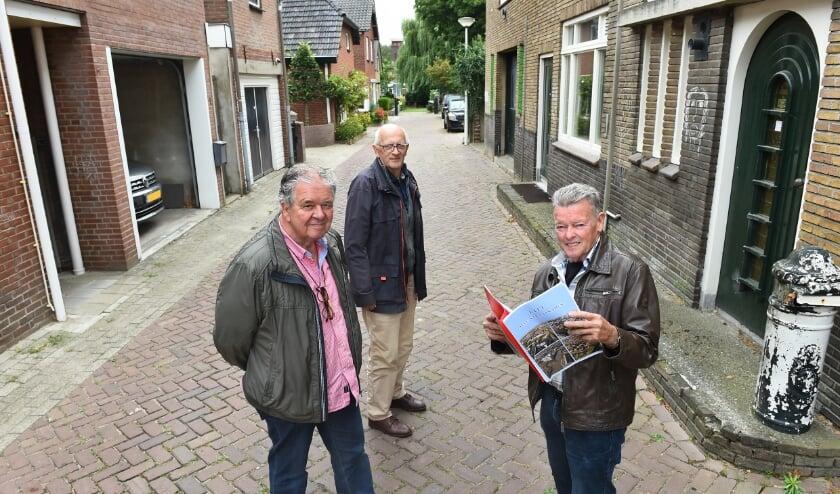 <p>Vlnr: Tonny Frazer, Wim Woonings en Bennie Evers in de Waterstraat voorafgaand aan de lancering van de eerste druk. (foto: Roel Kleinpenning)</p>