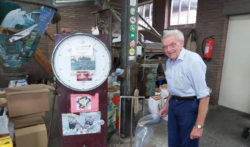 <p>Henk Hoeflake weegt voer af op de weegschaal, een relikwie uit de begintijd van het bedrijf. &ldquo;We verkopen nog de restanten, tot alles op is.&rdquo;</p>