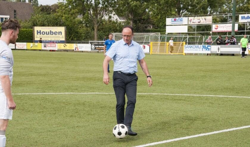 <p>Op zaterdag 22 augustus om klokslag 17.00 uur werd de aftrap van de oefenwedstrijd &nbsp;verricht door wethouder Theo Geldens.</p>