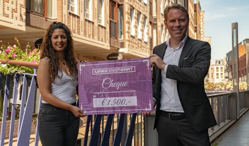 Sinem en Melissa ontvingen een cheque voor Beyond Borders.