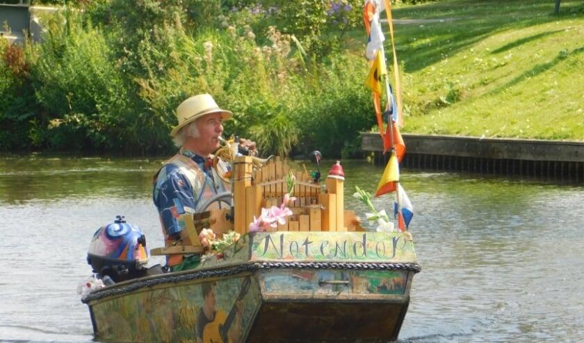 Watermuzikant Reinier Sijpkens uit Utrecht speelt in zijn bootje de Notendop met zijn miniatuur kerkorgel en trompet al ruim 25 jaar op de grachten van diverse steden. Foto: Anita Esteie