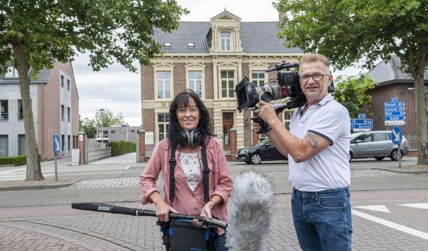 <p>Relinde en Ronny Buteneers bij een teutenhuis in Hamont. (Foto: Jos Meusen)</p>