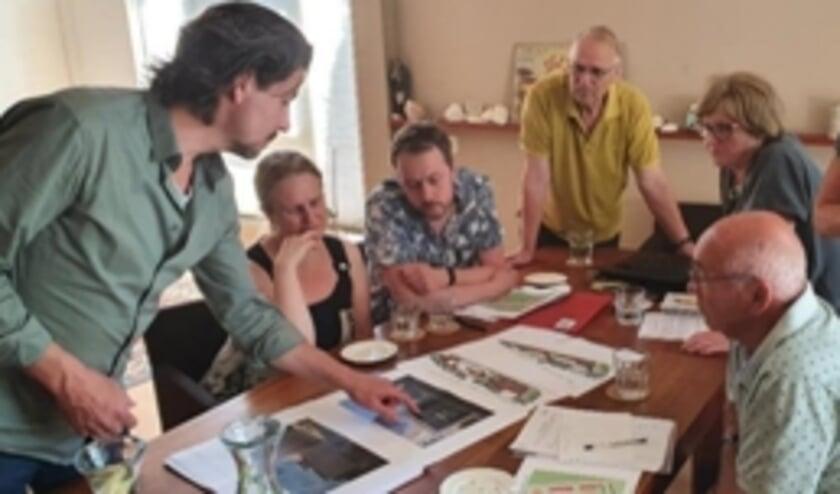 De eerste architectonische plannen worden besproken. (Foto: MMWA)