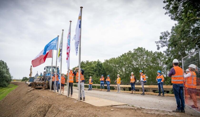 <p><strong>&nbsp;</strong>Als symbool van de samenwerking hesen vertegenwoordigers van de betrokken organisaties hun vlag.</p>