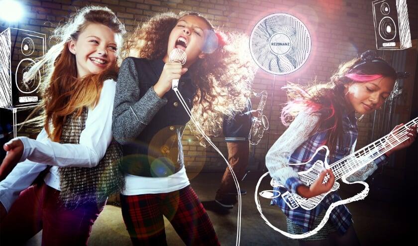 Kinderen die plezier hebben in zingen en muziek maken