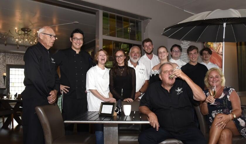 <p>Voor de laatste keer een groepsfoto van de keukenbrigade van Restaurant Jean Marie. Foto: Marianka Peters</p>