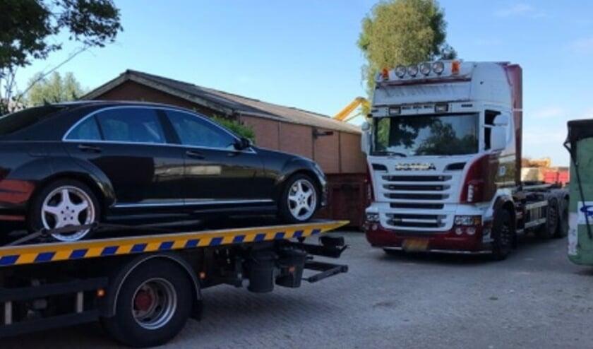 Twee auto's op het terrein werden doorzocht,  in beslag genomen en afgevoerd.