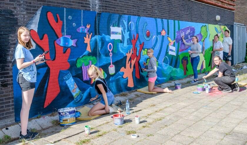 <p>Jongerengroep maakt muurschilderling.</p>