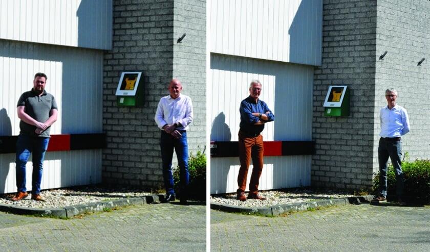 Links: Theo Berendsen (voorzitter St. Jan) en Arthur Cohen (sponsor AED) bij de AED in de nieuwe buitenkast. Rechts: René Meijnen (voorzitter Kelrehuus) en Koen Seegers (voorzitter s.v. Kilder).