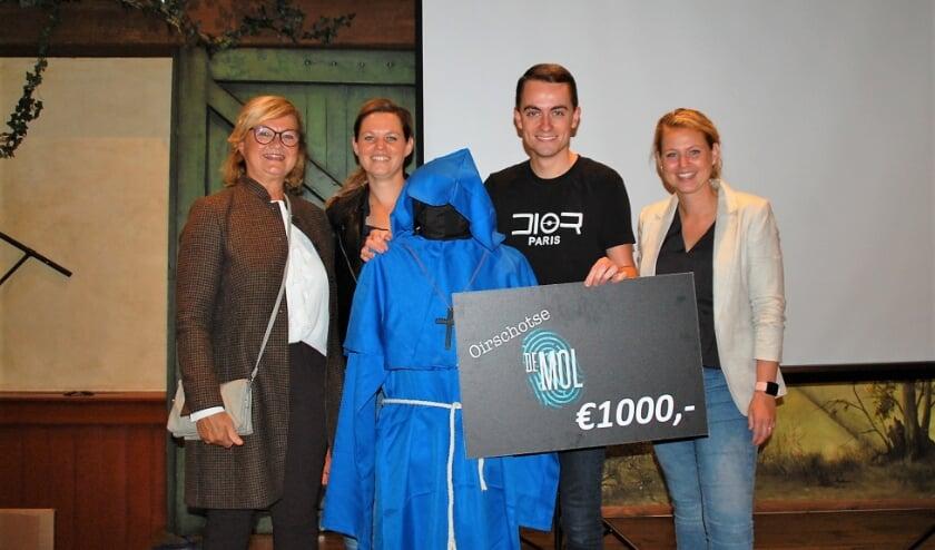 De hoofdprijswinnaars Marij, Karin en Marieke Smetsers poseren met De Oirschotse Mol: Jelle Dijkstra. Zo'n 1000 deelnemers speurden zeven weken naar de identiteit van De Mol.