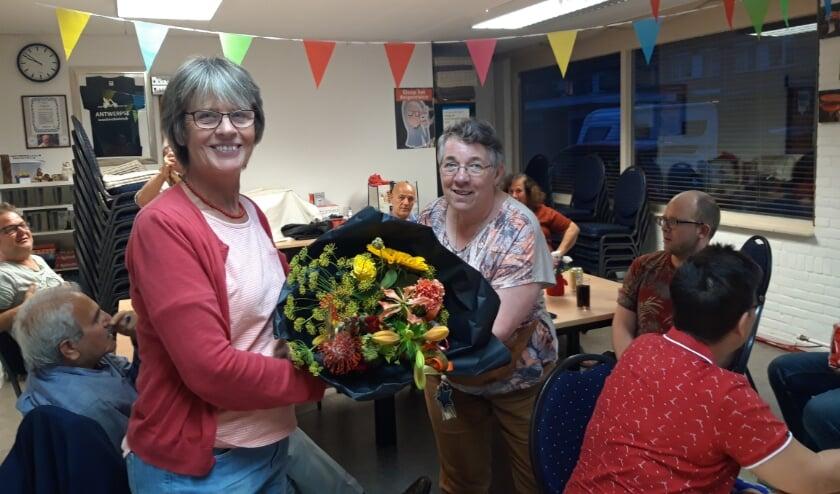 Baukje Hiemstra (links) ontvangt bloemen uit handen van Toke van de Rovaart.