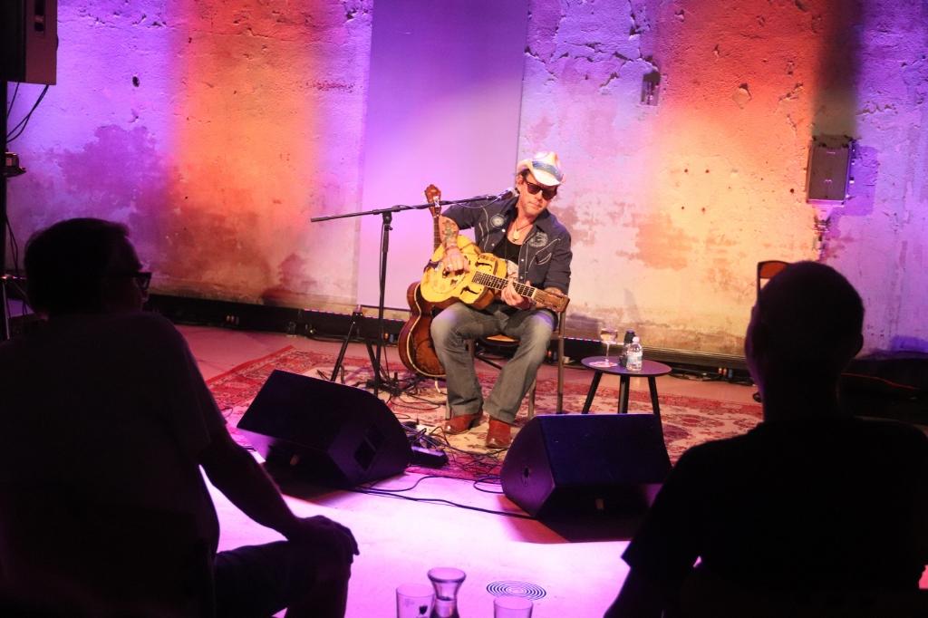 Ian Siegal tijdens zijn optreden in de Gederlandfabriek Foto: THEO VAN DAM FOTOGRAFIE © DPG Media