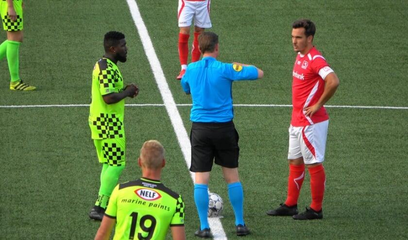 De twee aanvoerders voor deze wedstrijd, Royston Drenthe (Kozakken Boys) en Daan Disveld (DOVO)