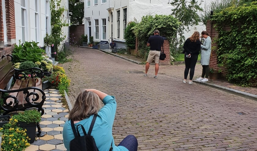 Tijdens de fotowandeling in een van de karakteristieke straatjes van Middelburg.
