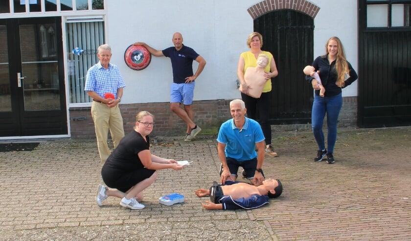 Peter Bosman (bij AED) met de docenten (vlnr): Axel Golüke, Marieke Stolk, Tjeerd Dijkstra, Sylvia Janssen en Celine van Hummel.