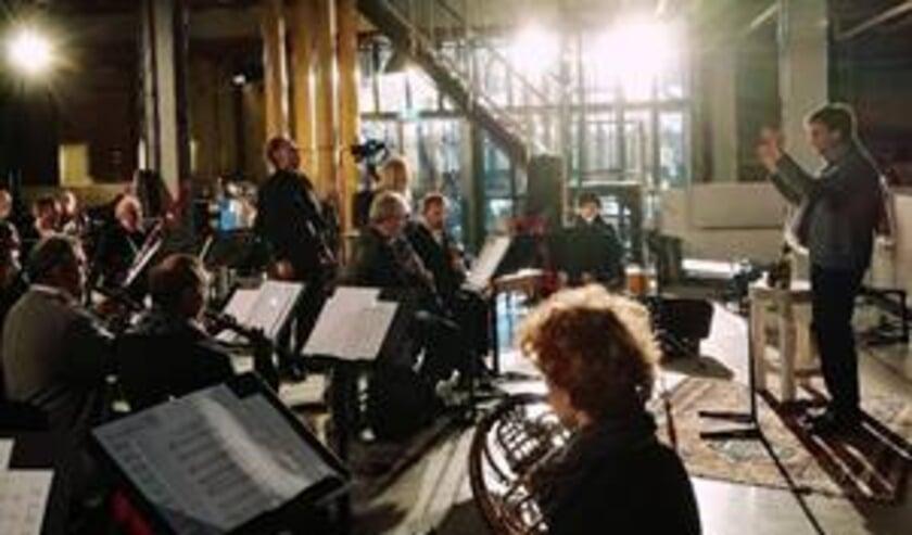 Dirigent Karel Deseure, Stian Westerhus en philharmonie zuidnederland in de NPF-toren van CHV Noordkade in Veghel tijdens de opnames van de videoclip.