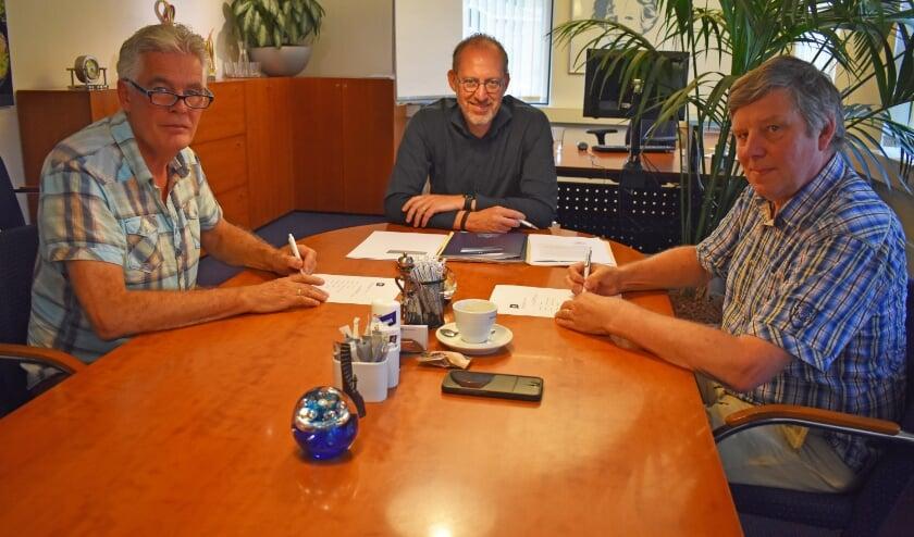 <p>Jan Buijse en Heino Denneman na het ondertekenen. In het midden notaris Ren&eacute; Schuurman van Van Goor Schuurman Notarissen. (Foto: Van Gaalen Media) </p>