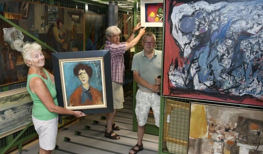 Vrijwilligers richten het museumdepot in met werk van meerdere bekende kunstenaars.
