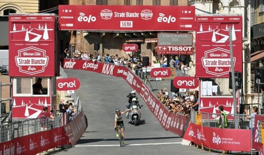 Op de Piazza del Campo gaat Annemiek van Vleuten zegevierend over de finish als winnares van de Strade Bianche.