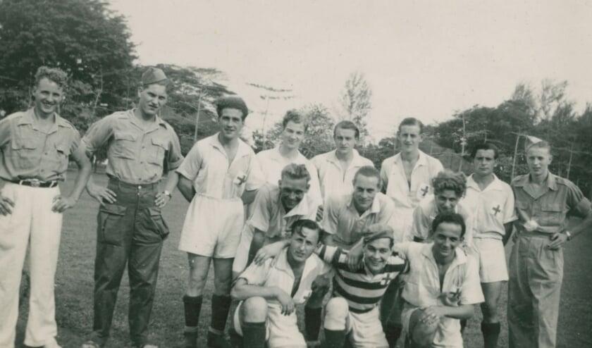 Nederlandse soldaten in Nederlands-Indië bij een voetbalmatch. Geheel rechts in militair tenue Willem Harbers (Willem van de Freuln), derde van links Evert Pas (van Graads van Tooms).