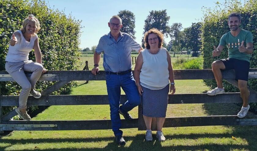 Jan en Wilma (m.) genoten van het onverwachtse bezoek van TV Gelderland. Met links Angelique Krüger en rechts Alberto Radstake).
