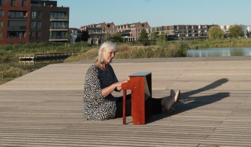 Pianiste Ellen Verhagen test de locatie met een kleine piano