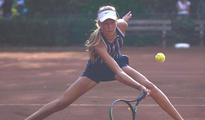 De pas veertienjarige Joy de Zeeuw in actie op het Nederlands kampioenschap, waar de Holy-speelster de titel veroverde in het dubbelspel. Foto: Marleen Fouchier fotografie