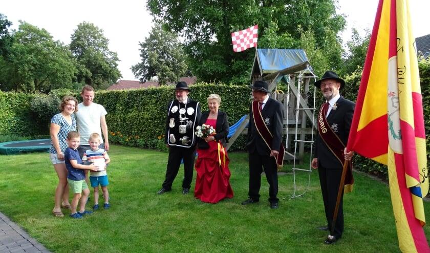 Zoontje Pim en Luuk hebben zojuist de taat gekregen van koning Toon Huijbregts.