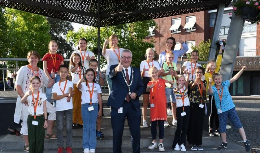 <p>Burgemeester Ubachs te midden van de jeugdraadsleden.&nbsp;</p>