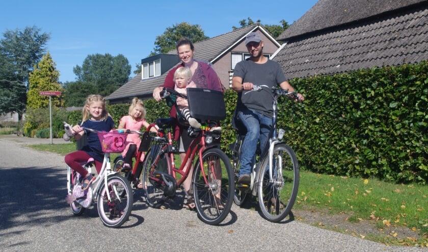 <p>De familie Immink stapt zaterdag op de fiets om samen met Lynn geld op te halen voor onderzoek naar Slc6a1 en de ziekte meer onder de aandacht te brengen. (A. van Ipenburg)</p>