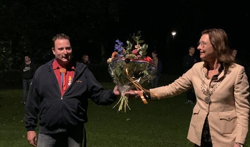 <p>Loco-burgemeester June Nods overhandigde bloemen. (Foto: PR)</p>