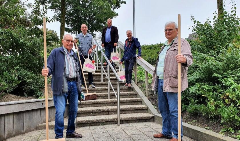<p>Nieuwe bezems voor de heer van Driel, die samen met de heren Louw, Verhey, Morin en Emons de straten schoonhoudt. </p>