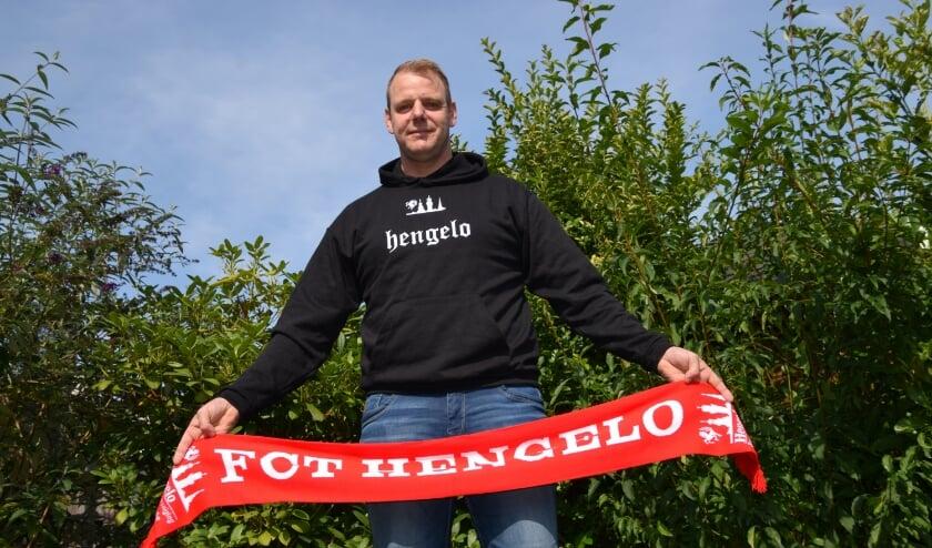 <p>Henry de Mooij, volledig in stijl, is de nieuwe voorzitter van supportersvereniging FCT Hengelo. (Foto: Timo Oving)</p>