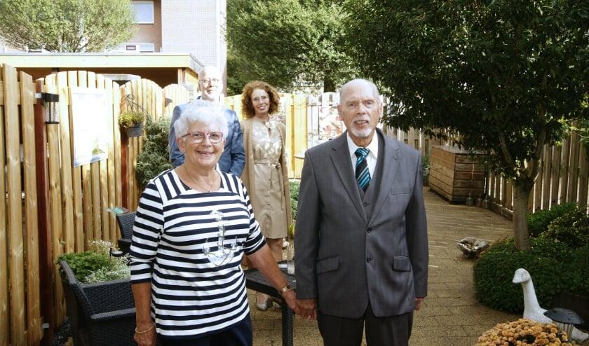 <p>Het echtpaar Groeneveld met op de achtergrond burgemeester Arend van Hout en zijn vrouw, die het gouden paar namens de gemeente kwamen feliciteren.</p>