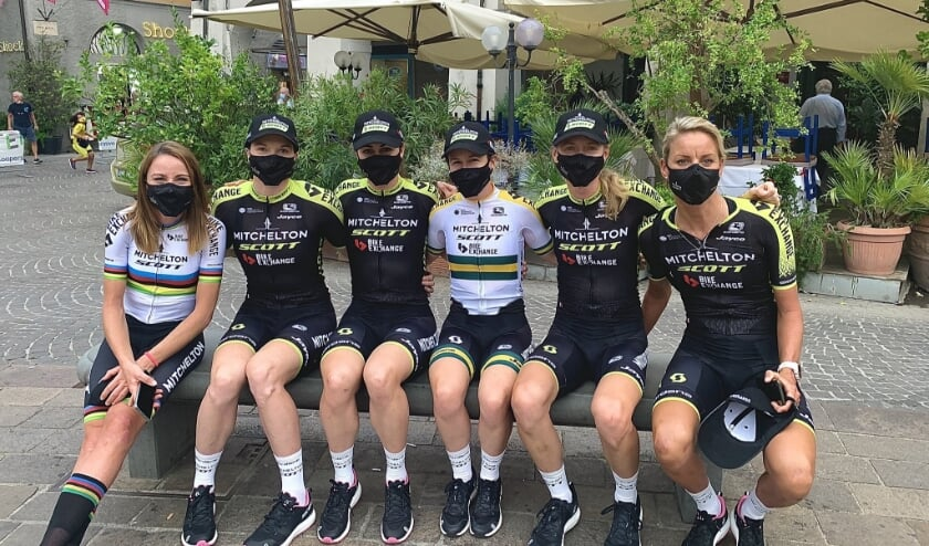 Annemiek van Vleuten (links) met haar Mitchelton SCOTT-teamgenotes voor de start van de tweede etappe van de Giro Rosa. Een etappe die de Wageningse uiteindelijk winnend afsloot. Het leverde haar de roze leiderstrui op.