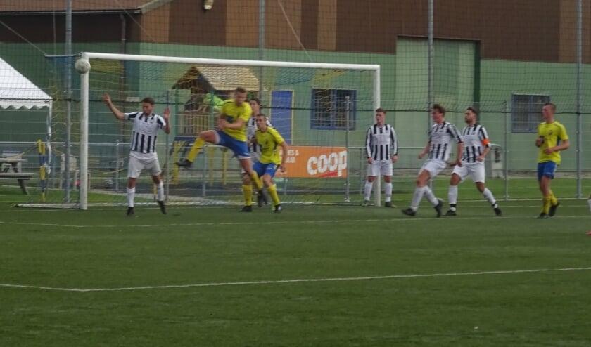 Siveo probeert een goal te forceren.
