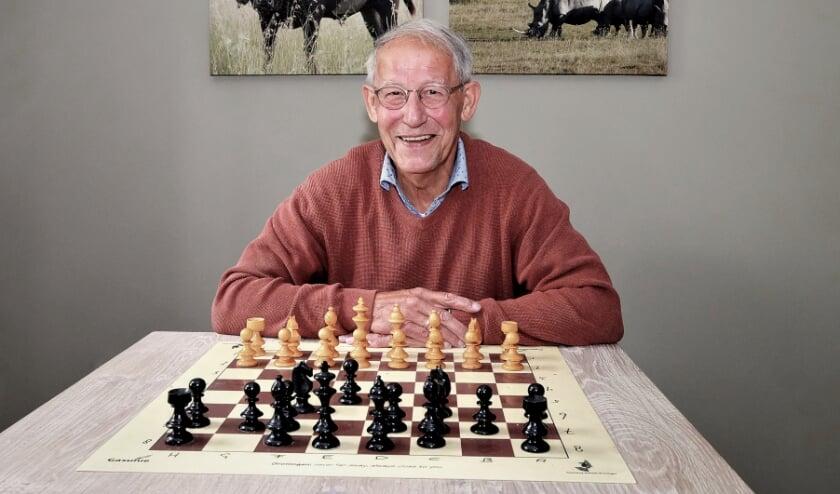 <p>Geurt van Veenendaal achter het schaakbord met de 64 velden.</p>