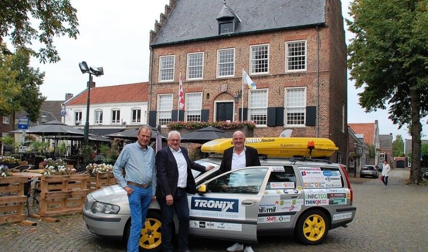 Richard van Meurs en Paul Verweij doen mee aan de Barrel Challenge. Jan Koonings van het Bijna Thuis Huis (l.) kreeg al ruim 5000 euro sponsorgeld toegezegd.