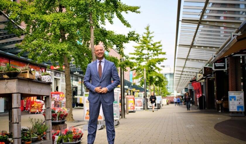 <p>Wethouder Armand Van de Laar in winkelcentrum In de Bogaard dat momenteel een flinke metamorfose ondergaat. Foto: Robbert Roos&nbsp;</p>