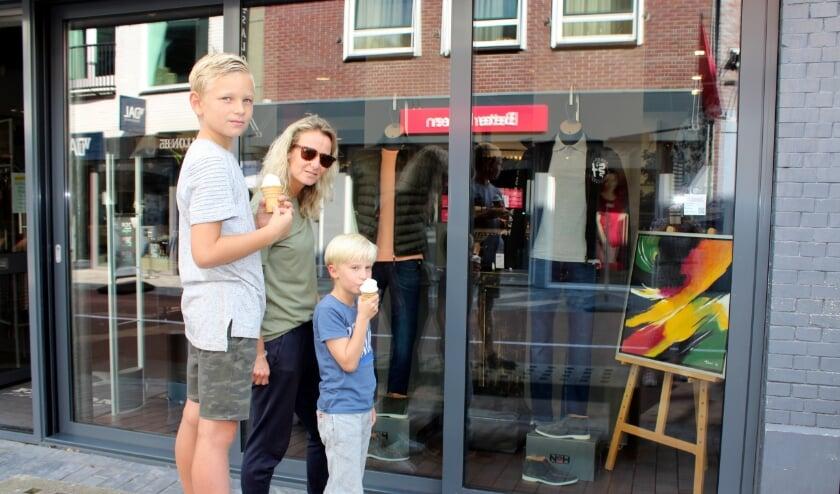 <p>Wendy van Mourik kijkt kunst met Matz (re) en Sebastiaan (li)</p>