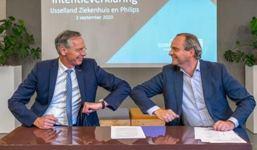 <p>Ondertekening van de intentieverklaring door Albert van Wijk (Bestuurder IJsselland Ziekenhuis) en L&eacute;on Kempeneers (Head of Strategy, Innovation, Solutions & Partnerships Philips Benelux).</p>