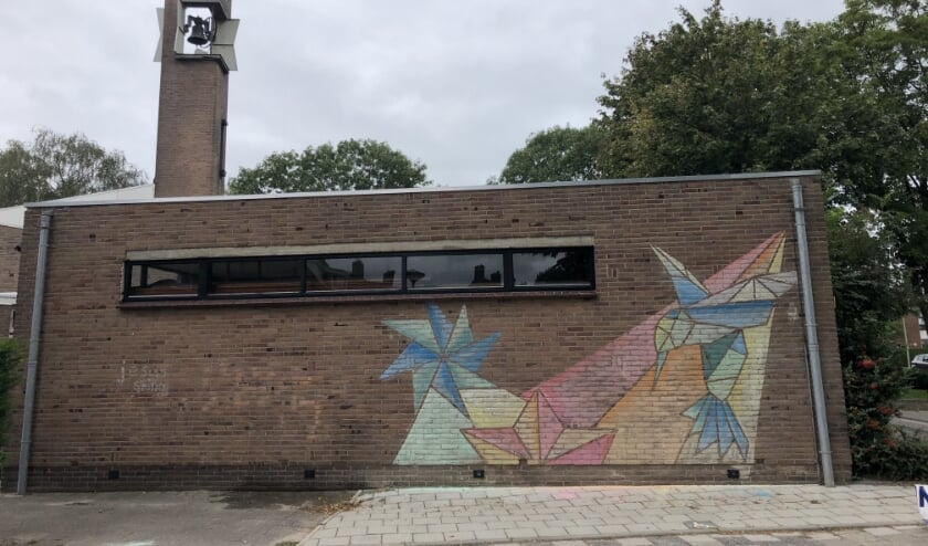 <p>De Open Hof in Hendrik-Ido-Ambacht, voorzien van een muurtekening van de jongeren van de kerk. (Foto: pr)</p>