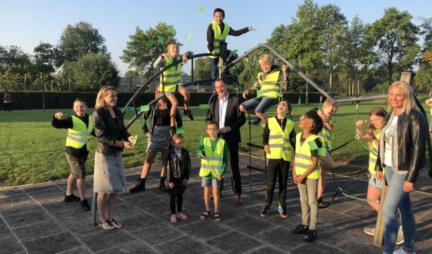 <p>Wethouder Marc Rosier en de kinderen in gele hesjes en rechts Chantal Beeloo strooien deze schoolbrengweek met complimentjes! Foto: SL</p>