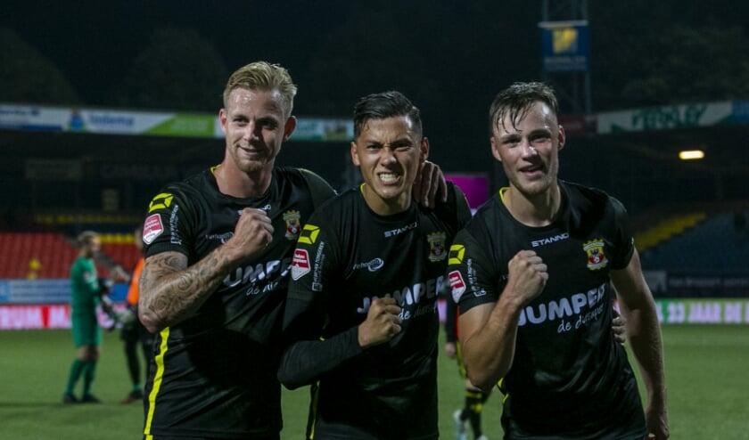 <p>Sam Beukema (rechts) viert samen met Kevin van Kippersluis en Jay Idzes de overwinning in Leeuwarden. (Foto: Erik Pasman)</p>