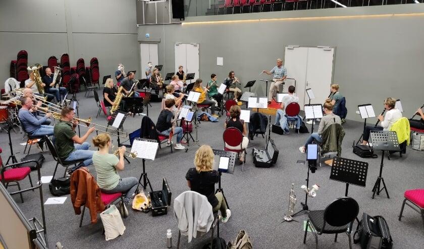 <p>De orkestleden repeteren de komende weken voor het concert van zaterdag 21 november.</p>