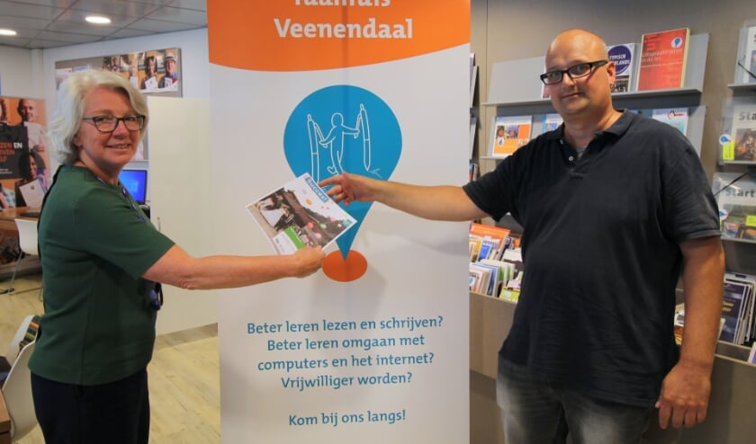 <p>Taalhuis-coördinator Petra Boelhouwer en Bas Kamp promoten de Week van Lezen en Schrijven.</p>